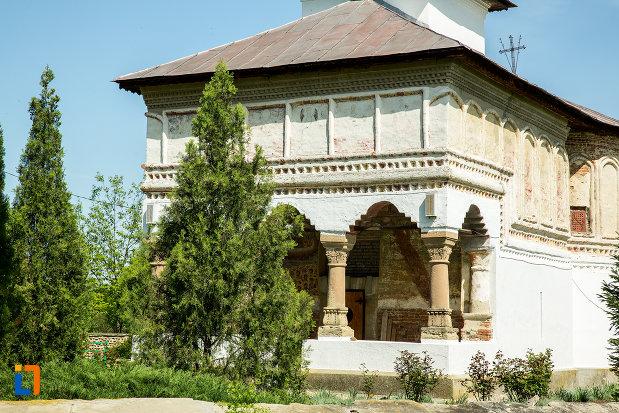 coloane-de-la-biserica-de-lemn-sf-voievozi-din-targu-carbunesti-judetul-gorj.jpg