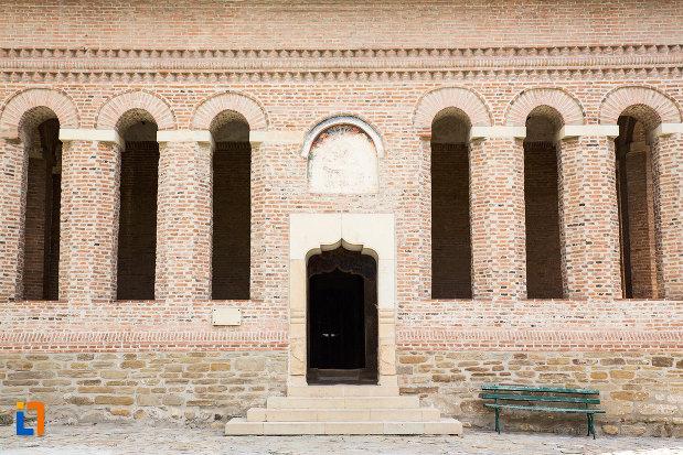 coloane-de-la-biserica-domneasca-adormirea-maicii-domnului-din-targoviste-judetul-dambovita.jpg