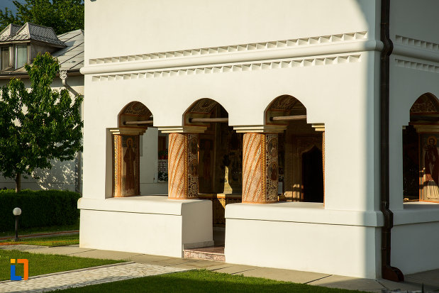 coloane-de-la-biserica-manastirea-clocociov-din-slatina-judetul-olt.jpg