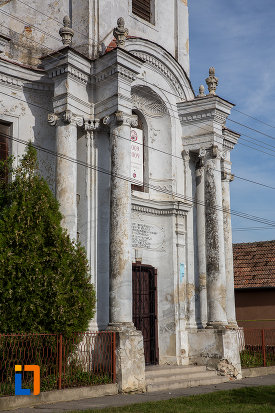 coloane-de-la-intrarea-in-biserica-romano-catolica-sf-apostoli-petru-si-pavel-a-fostei-manastiri-mechitariste-din-dumbraveni-judetul-sibiu.jpg