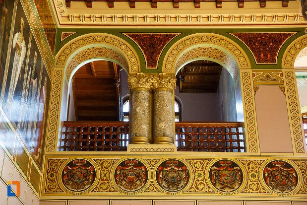 coloane-de-sustinere-din-castelul-cantacuzino-din-busteni-judetul-prahova.jpg