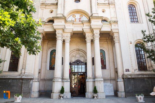 coloane-frontale-de-la-biserica-sf-apistoli-petru-si-pavel-sf-cuvioasa-paraschiva-din-braila-judetul-braila.jpg