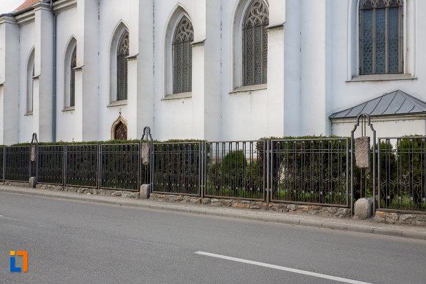 coloane-laterale-biserica-romano-catolica-sf-pertu-din-cluj-napoca-judetul-cluj.jpg