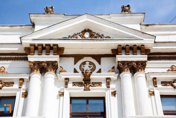coloane-ornate-primaria-veche-din-calarasi-judetul-calarasi.jpg