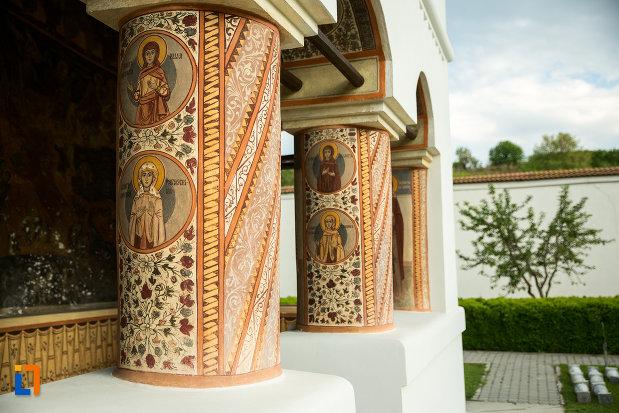 coloane-pictate-manastirea-clocociov-din-slatina-judetul-olt.jpg
