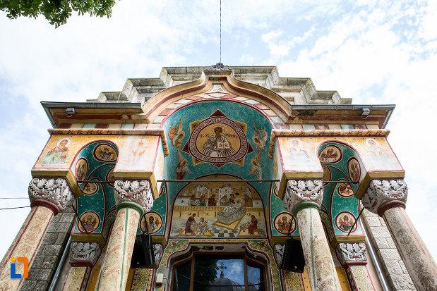 coloane-si-arcuri-de-la-biserica-nasterea-maicii-domnului-din-murfatlar-judetul-constanta.jpg