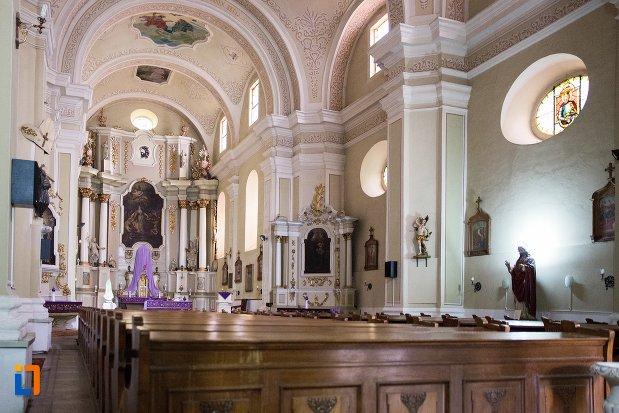 coloane-si-banci-din-biserica-sf-elisabeta-a-ungariei-manastirea-minorita-din-aiud-judetul-alba.jpg