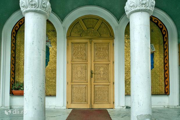 coloane-si-usa-de-la-biserica-ortodoxa-sfantul-stefan-din-zalau-judetul-salaj.jpg