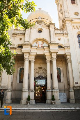 coloane-si-usa-de-la-biserica-sf-apistoli-petru-si-pavel-sf-cuvioasa-paraschiva-din-braila-judetul-braila.jpg