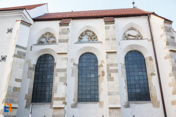 coloane-si-vitralii-de-la-biserica-romano-catolica-sf-bartolomeu-din-sebes-judetul-alba.jpg