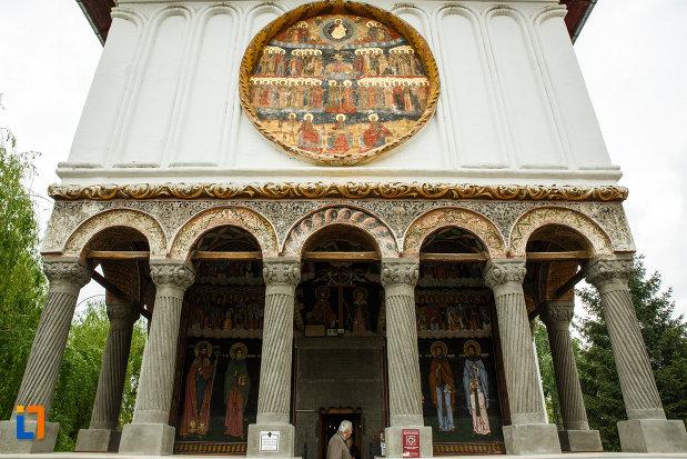 coloanele-de-la-biserica-toti-sfintii-1764-din-ramnicu-valcea-judetul-valcea.jpg