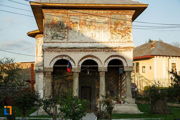 coloanele-frontale-de-la-biserica-veche-intrarea-in-biserica-din-horezu-judetul-valcea.jpg