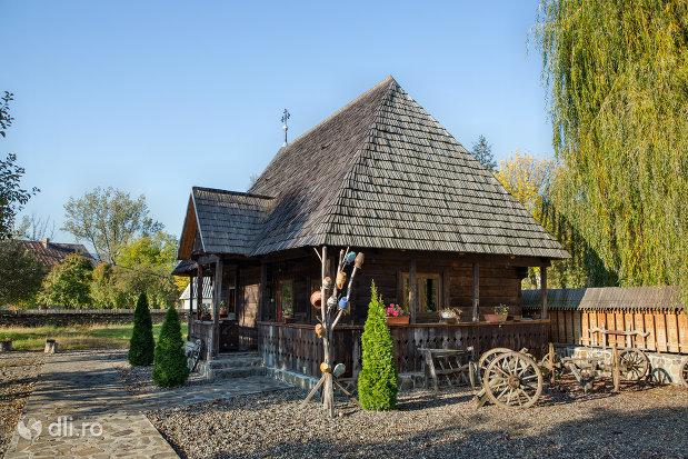 comstructie-din-lemn-langa-biserica-noua-de-lemn-din-sighetul-marmatiei-judetul-maramures.jpg