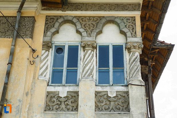 conacul-din-babeni-judetul-valcea-ferestre-cu-coloane-spiralate.jpg