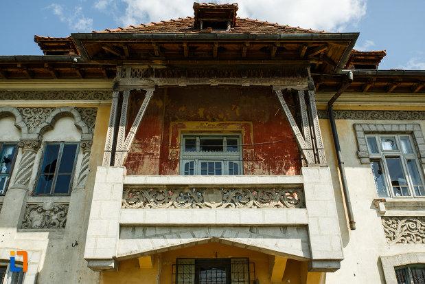 conacul-din-babeni-judetul-valcea-imagine-cu-balconul.jpg