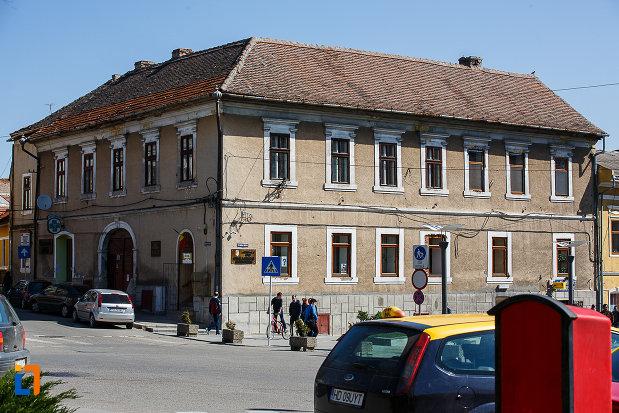 consiliul-local-biblioteca-municipala-din-orastie-judetul-hunedoara-cladire-vazuta-din-piata-victoriei.jpg