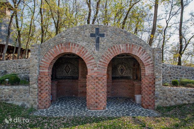 constructie-din-ansamblul-manastirea-scarisoara-noua-judetul-satu-mare.jpg