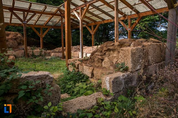 constructie-din-piatra-cetatea-dacica-din-tilisca-judetul-sibiu.jpg