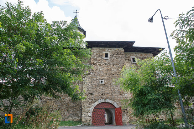 constructie-din-piatra-de-la-manastirea-zamca-biserica-sfantul-auxentie-1551-din-suceava-judetul-suceava.jpg