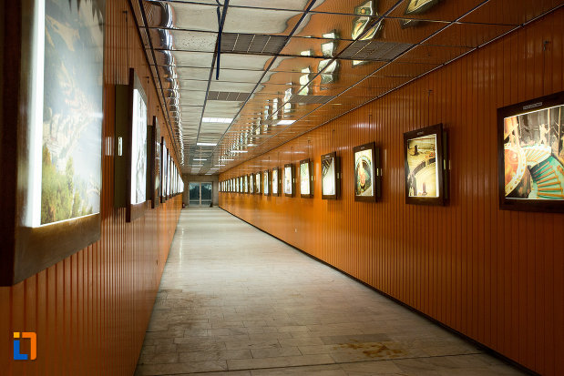 coridor-cu-fotografii-muzeul-regiunii-portilor-de-fier-din-drobeta-turnu-severin-judetul-mehedinti.jpg