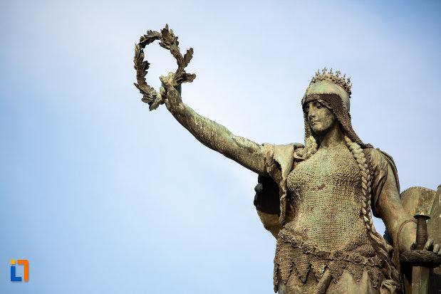coroana-de-pe-monumentul-libertatii-din-arad-judetul-arad.jpg