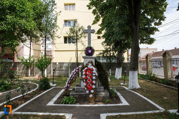 coroane-amplasate-la-monumentul-eroilor-din-buzias-judetul-timis.jpg
