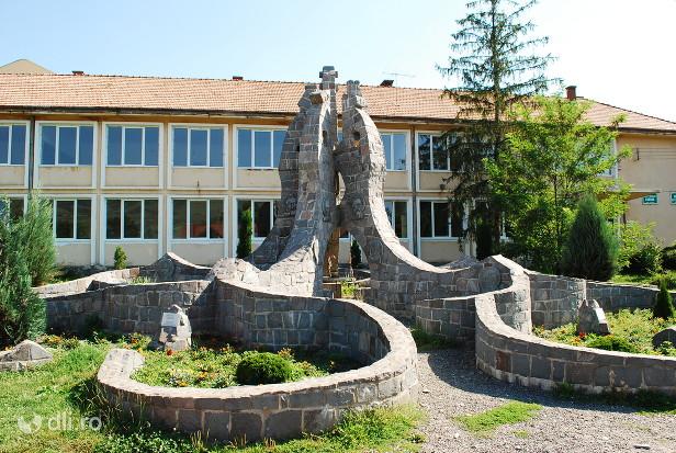 corund-monumentul-maghiarilor-de-pretutindeni.jpg