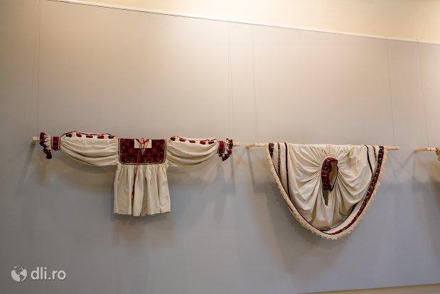 costum-popular-feminin-expus-la-muzeul-tarii-oasului-din-negresti-oas-judetul-satu-mare.jpg