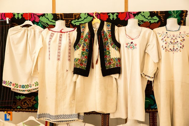 costume-traditionale-conacul-theodor-bals-azi-muzeul-nordului-din-darabani-judetul-botosani.jpg