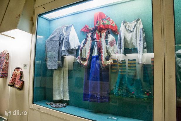 costume-traditionale-din-muzeul-etnografic-al-maramuresului-din-sighetu-marmatiei-judetul-maramures.jpg