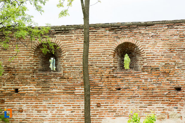 creneluri-din-zidul-de-la-manastirea-strehaia-judetul-mehedinti.jpg