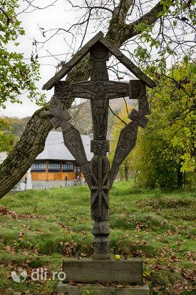 cruce-de-la-biserica-de-lemn-sf-nicolae-din-glod-judetul-maramures.jpg