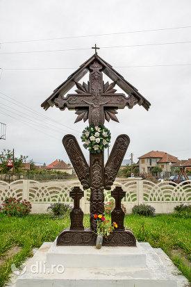 cruce-de-lemn-in-curtea-bisericii-sf-arhangheli-mihail-si-gavril-din-amati-judetul-satu-mare.jpg