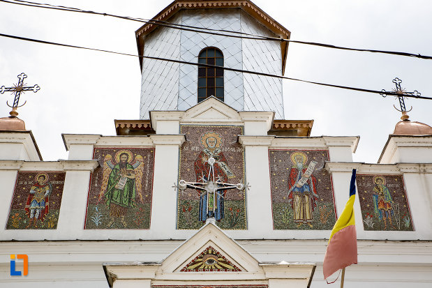 cruce-de-pe-biserica-sf-nicolae-din-fieni-judetul-dambovita.jpg