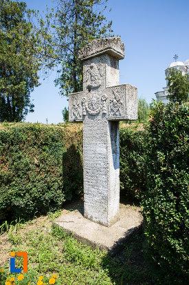 cruce-de-piatra-1872-din-oltenita-judetul-calarasi-vazuta-din-lateral.jpg