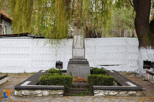 cruce-de-piatra-aflata-la-cimitirul-eroilor-din-lupeni-judetul-hunedoara.jpg