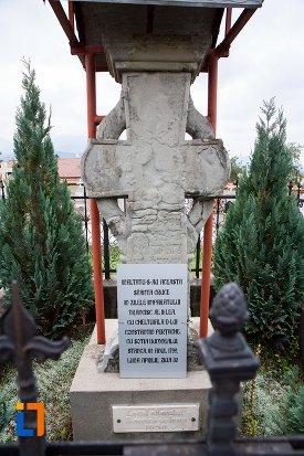 cruce-de-piatra-la-locul-altarului-bisericii-de-lemn-din-sacele-judetul-brasov.jpg