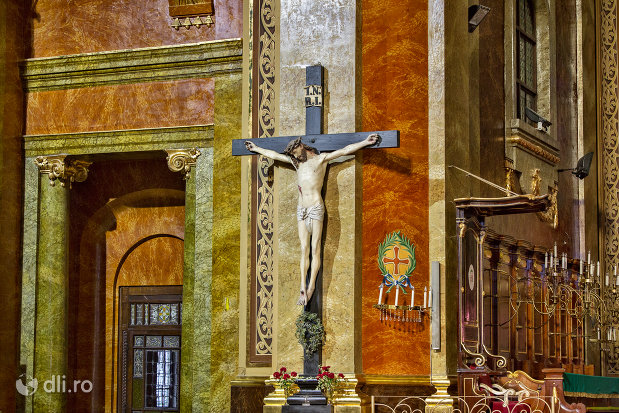 cruce-din-bazilica-romano-catolica-din-oradea-judetul-bihor.jpg