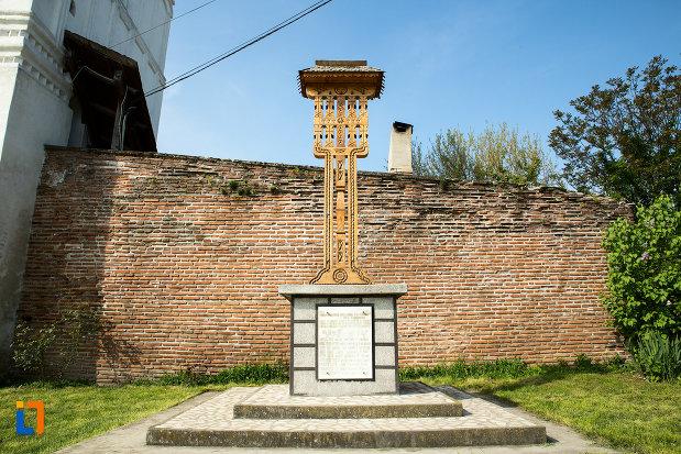 cruce-din-curte-de-la-manastirea-strehaia-judetul-mehedinti.jpg