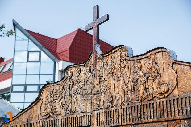 cruce-din-lemn-de-la-biserica-adormirea-maicii-domnului-a-fostei-manastiri-valeni-1680-din-valenii-de-munte-judetul-prahova.jpg