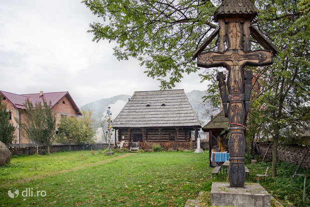 cruce-din-lemn-din-muzeul-taranesc-din-dragomiresti-judetul-maramures.jpg