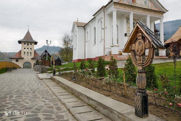 cruce-din-lemn-manastirea-adormirea-maicii-domnului-din-moisei-judetul-maramures.jpg