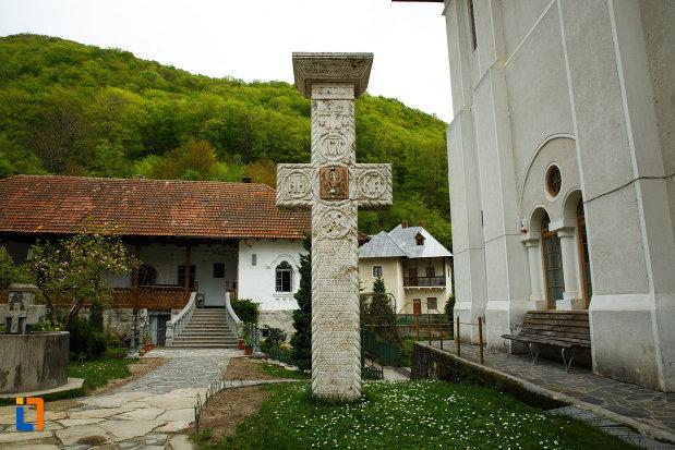 cruce-din-piatra-manastirea-turnu-din-pausa-judetul-valcea.jpg