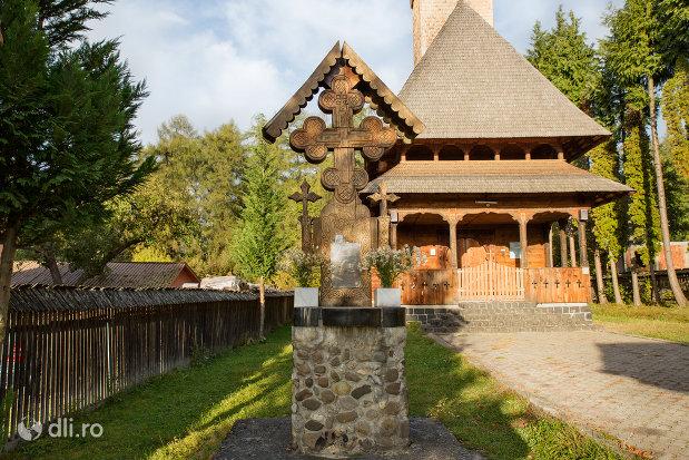 cruce-exterioara-de-la-biserica-de-lemn-din-ocna-sugatag-judetul-maramures.jpg
