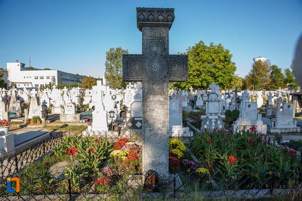 cruce-funerara-de-la-mormantul-pictorului-nicolae-grigorescu-din-campina-judetul-prahova.jpg