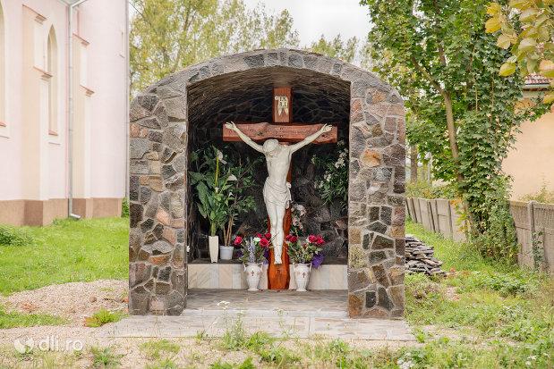 cruce-in-curte-la-biserica-greco-catolica-din-borlesti-judetul-satu-mare.jpg