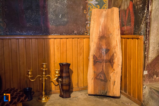 cruce-in-lemn-biserica-nasterea-maicii-domnului-din-zarnesti-judetul-brasov.jpg