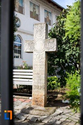 cruce-inscriptionata-biserica-intrarea-in-biserica-a-maicii-domnului-sf-trei-ierarhi-alba-sau-a-judetului-1632-din-targoviste-judetul-dambovita.jpg
