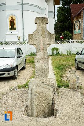 cruce-langa-biserica-adormirea-maicii-domnului-mavromol-din-galati-judetul-galati.jpg