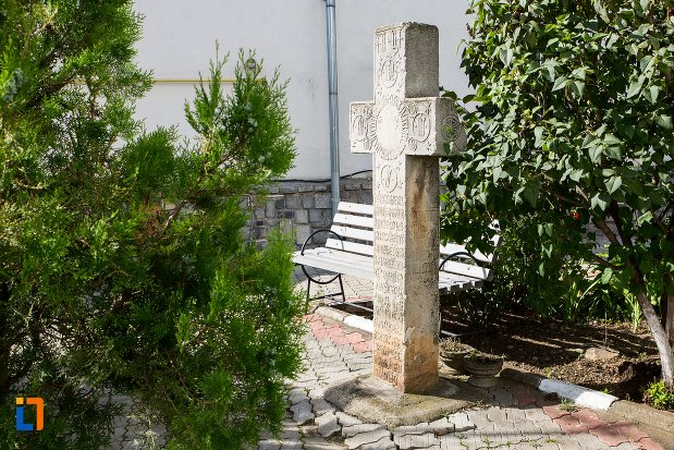 cruce-langa-biserica-intrarea-in-biserica-a-maicii-domnului-sf-trei-ierarhi-alba-sau-a-judetului-1632-din-targoviste-judetul-dambovita.jpg